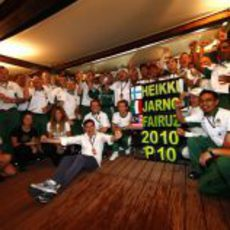 El equipo Lotus celebra la 10ª posición