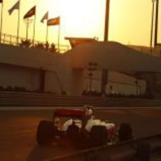El sol del atardecer baña el coche de Hamilton