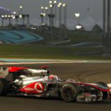 Button deja atrás el circuito de Yas Marina