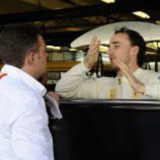 Kubica habla con un ingeniero de Pirelli
