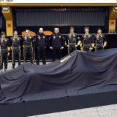 El nuevo Lotus Renault GP bajo la lona