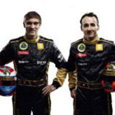 Vitaly Petrov y Robert Kubica con sus cascos de 2011
