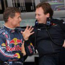 Coulthard charla con Horner