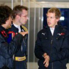 Vettel y Bourdais en el box de Toro Rosso