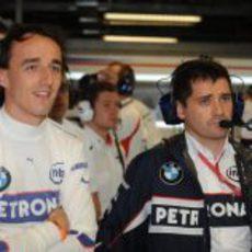 Kubica observa la sesión de entrenamientos