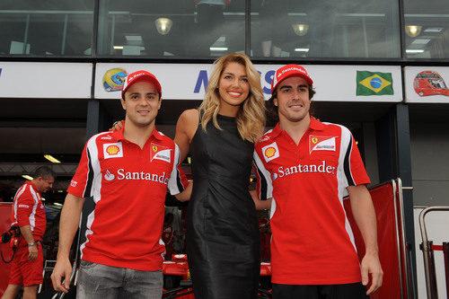 Ashley Hart junto a los pilotos de la Scuderia Ferrari