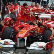 Los mecánicos de Ferrari prueban las paradas en boxes