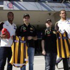 Heidfeld y Petrov junto a los jugadores del Hawthorn FC