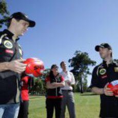 Petrov y Heidfeld aprenden a jugar al Aussie Rules