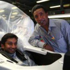 Karthikeyan posa junto a su compatriota Balbir Singh