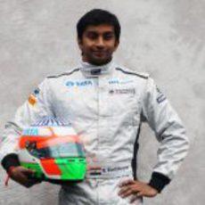 Karthikeyan posa para la foto oficial de 2011