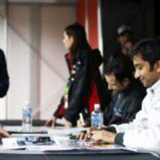 Karthikeyan y Liuzzi atienden a los fans en Australia