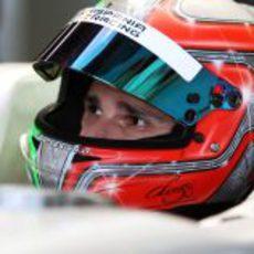 Liuzzi subido al Hispania F111 en el box de Albert Park