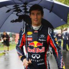 Webber se protege de la lluvia