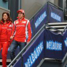 Alonso en el 'paddock' de Melbourne junto a su jefa de prensa