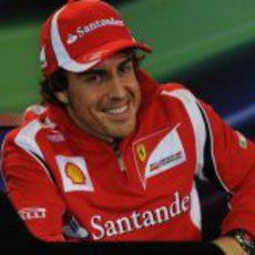 Alonso muy sonriente en rueda de prensa