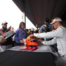 Michael Schumacher firmando autógrafos
