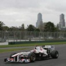 Kobayashi rueda con Melbourne de fondo