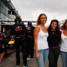 Chicas de Red Bull en el pit stop
