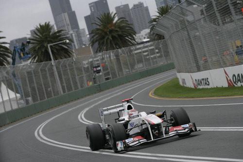 El Sauber C30 de Kobayashi entre palmeras