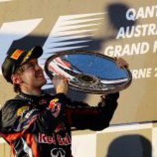 Vettel levanta su trofeo de ganador