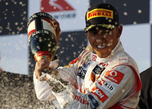 Hamilton y el champán en el podio australiano