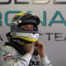 Nico Rosberg se ajusta el casco