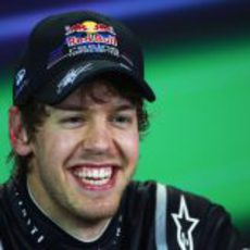 Vettel muy feliz en la rueda de prensa