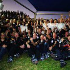 Red Bull celebrando la victoria