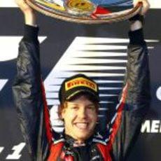 Vettel levanta su trofeo como ganador
