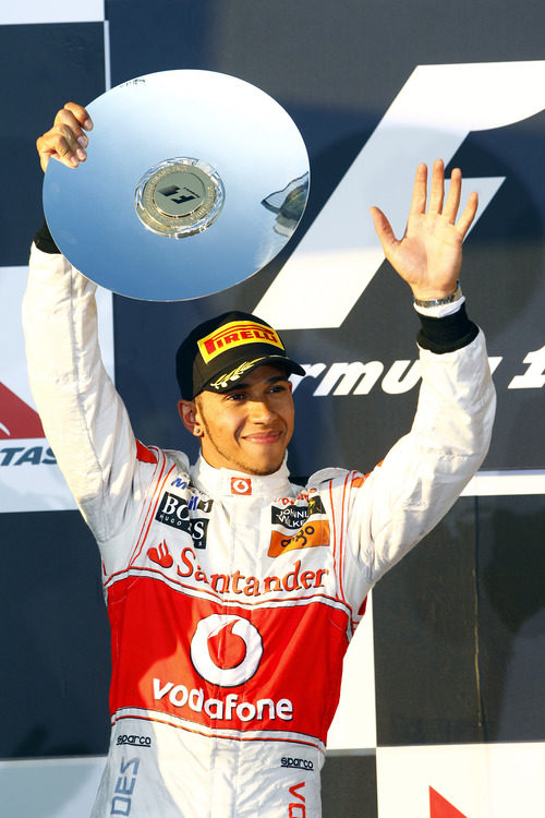 Hamilton alza su trofeo como segundo clasificado