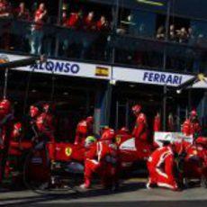 Felipe Massa entra a cambiar sus gomas