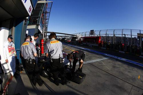 Los técnicos de Pirelli junto al box de McLaren