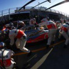 Parada en boxes para Lewis Hamilton