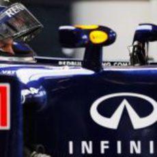 Vettel espera concentrado en el box