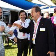 Liuzzi bromea con el embajador