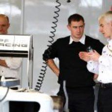 Willis habla con los mecánicos