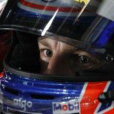 Jenson Button con su casco puesto en Melbourne