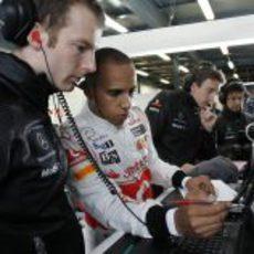 Hamilton dialoga con sus ingenieros durante los libres