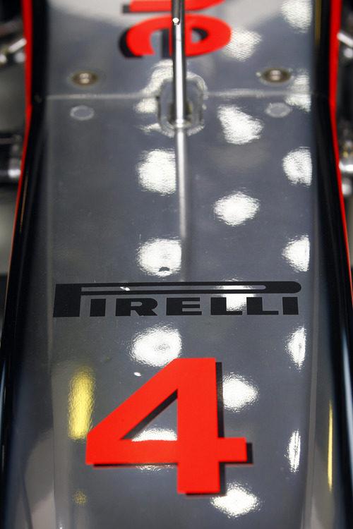 El logo de Pirelli en el morro del McLaren