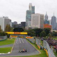 Vettel en pista con Melbourne al fondo