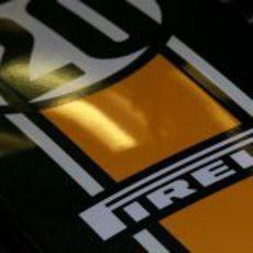 El logo de Pirelli en el Team Lotus Nº20