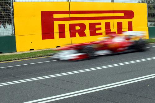Alonso pasa por delante del logo de Pirelli