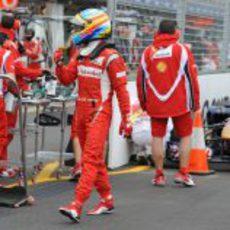 Alonso fuera del coche tras la clasificación