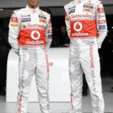 Hamilton y Button posan con sus nuevos monos