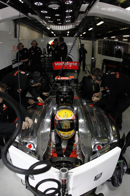 Hamilton metido en su box y esperando a salir a pista