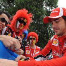 Fernando Alonso firma autógrafos a los aficionados australianos