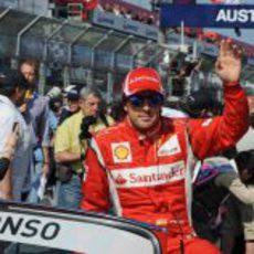 Alonso saluda a la afición de Albert Park