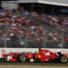Massa pasa ante la afición australiana