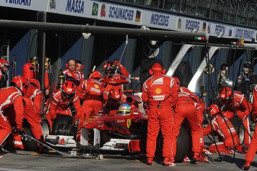 Cambio de neumáticos para Fernando Alonso en Australia